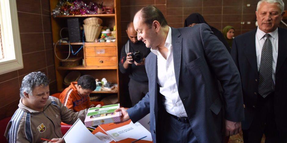 حديد المصريين ووزارة الداخلية يتفقدان دور الأيتام ويوزعان حلوى المولد (صور)