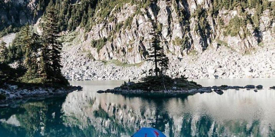 فتاة تسافر مناطق وعرة وجبلية لالتقاط صور فريدة من نوعها لنشرها على انستجرام