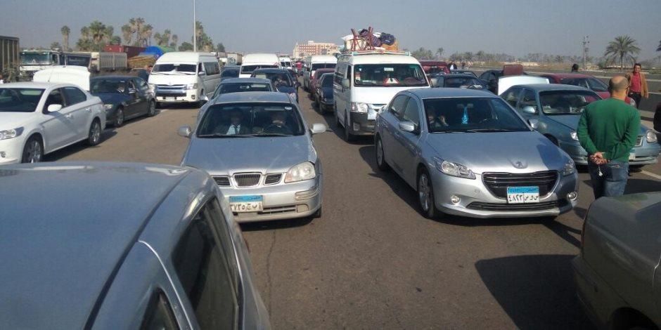 عمليات تفويج للسيارات بطريق إسكندرية الصحراوى والعلمين بسبب ظهور شبورة