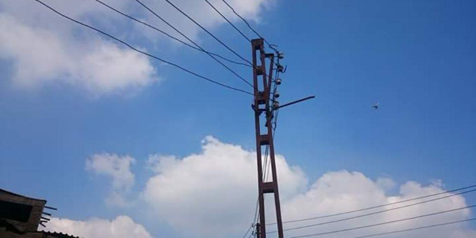 """تهالك أعمدة الكهرباء تهدد بـ""""كارثة"""" في عزبة الصياد بكوم حمادة (صور )"""