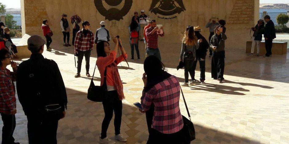 السياح الصينيون يلتقطون الصور أمام رمز الصداقة المصرية السوفيتية بأسوان (صور)