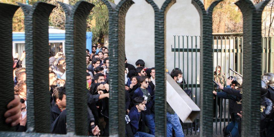 في ذكرى القمع.. الإيرانيون ينتفضون ضد الملالي.. ونظام خامنئي يواجهم بالرصاص (صور)