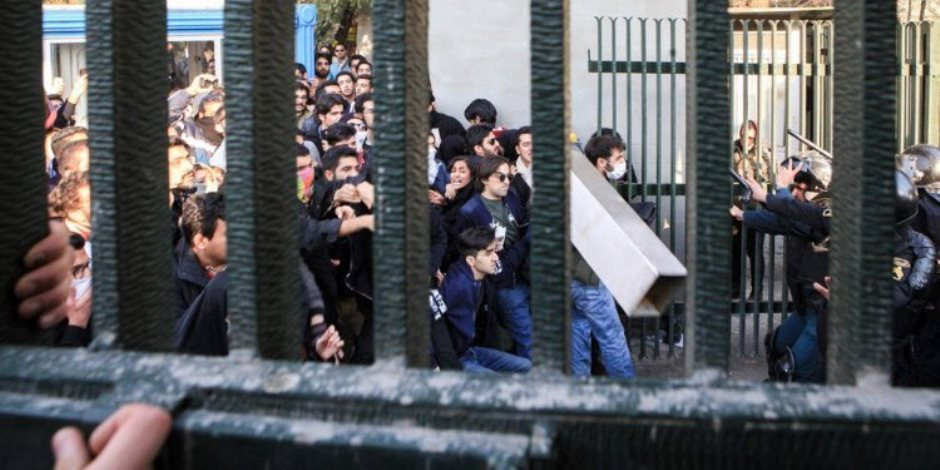 في إيران.. ثورة الجياع أحرقت البنوك (صور)