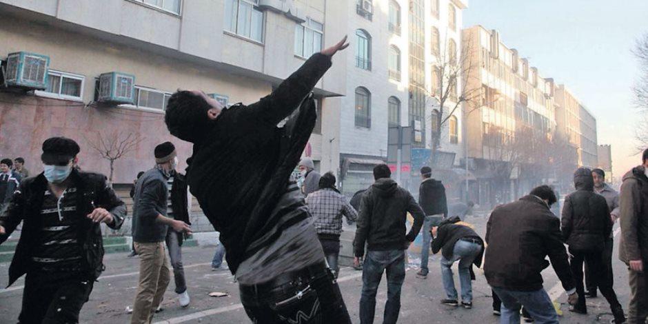 صحيفة بريطانية: الإيرانيون ينفثون غضبا مكبوتا من أوضاع اقتصادية وسياسية متدهورة