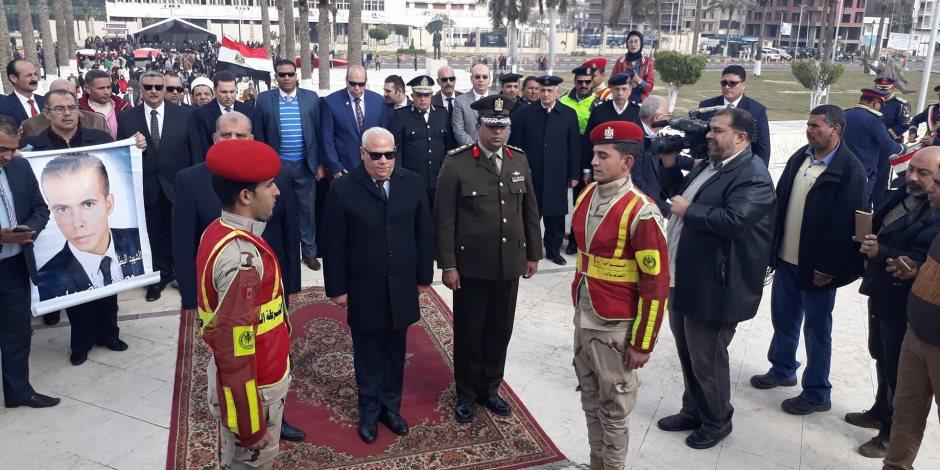 محافظ بورسعيد يضع إكليل الزهور علي النصب التذكاري بميدان الشهداء (صور)