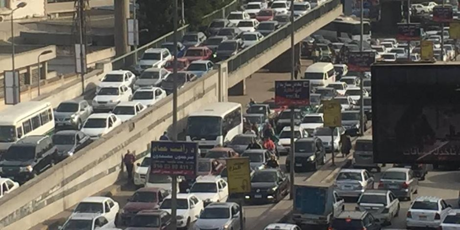 توقف حركة السيارات بسبب أتوبيس معطل أعلى شارع يوسف عباس بمدينة نصر