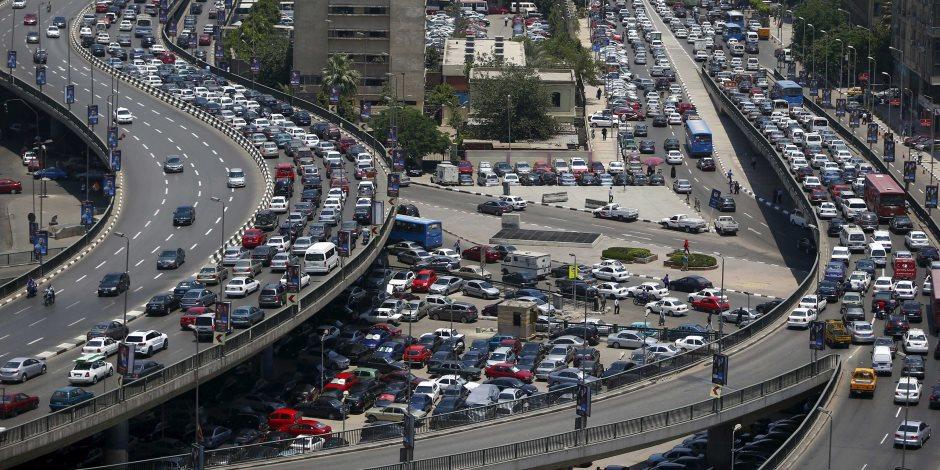 زحام مروري إثر حادث انقلاب سيارة ملاكي أعلى كوبري أكتوبر