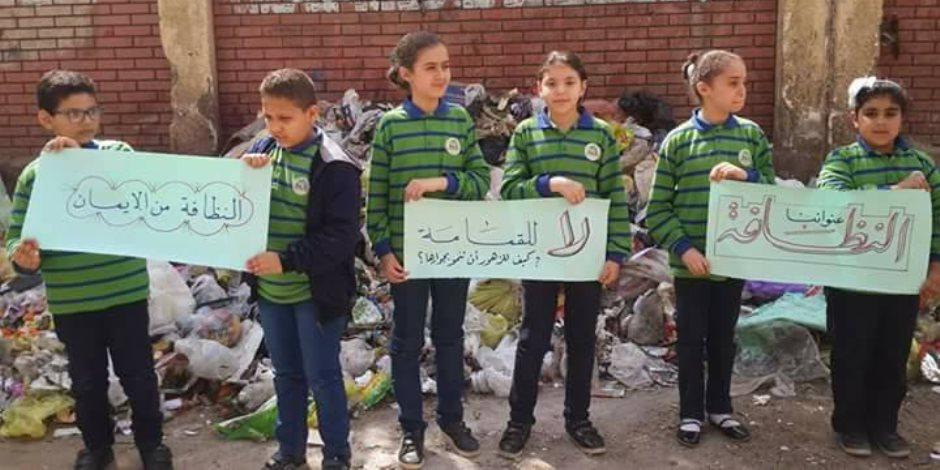 تلاميذ يطالبون محافظ أسيوط برفع القمامة من محيط مدرستهم (صور)