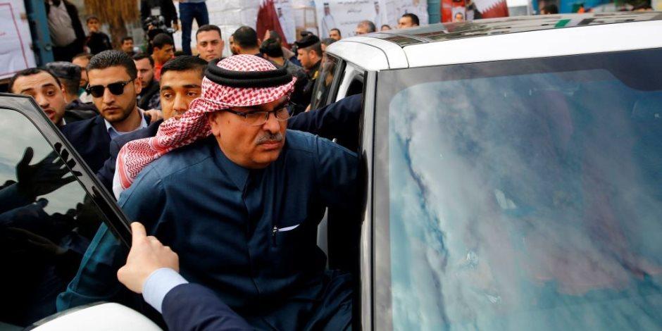 علقة ساخنة للسفير القطري من عمال النظافة بغزة (صور)