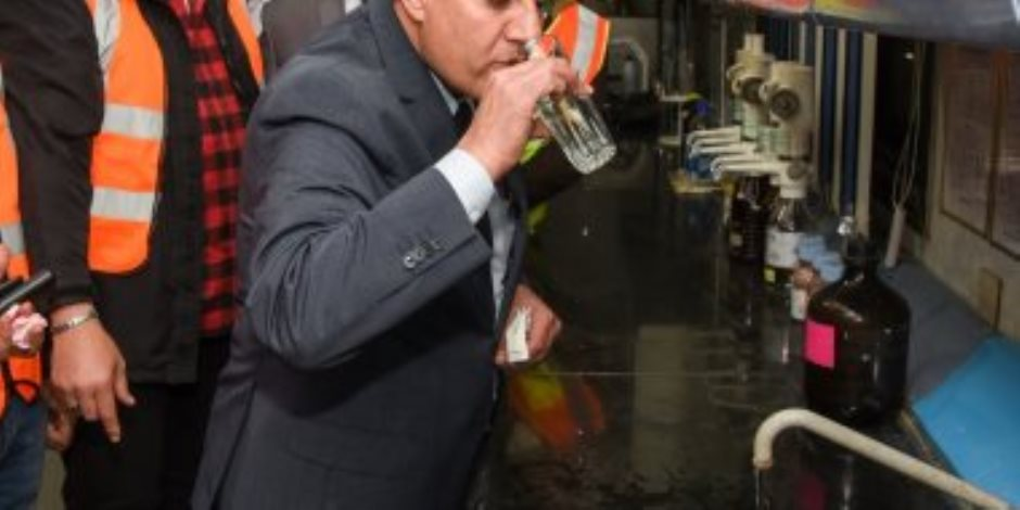 محافظ الإسكندرية يرد على شائعات تلوث المياه ويتناول كوبا بمحطة السيوف