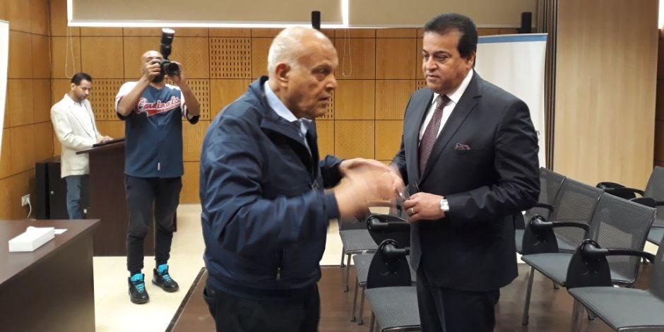 وزير التعليم العالى يبدأ جولته فى أسوان بلقاء الدكتور مجدي يعقوب