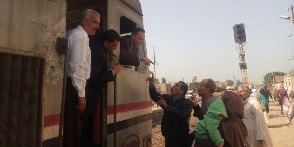 رئيس هيئة السكة الحديد يحاور الركاب من كابينة الجرار بقطار المناشي (صور)