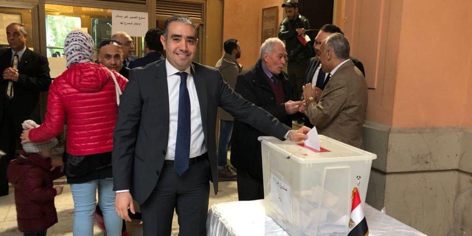 مصر تنتخب الرئيس.. في الخارج يدلون بأصواتهم.. وفي الداخل يحيون بتغريداتهم (صور)