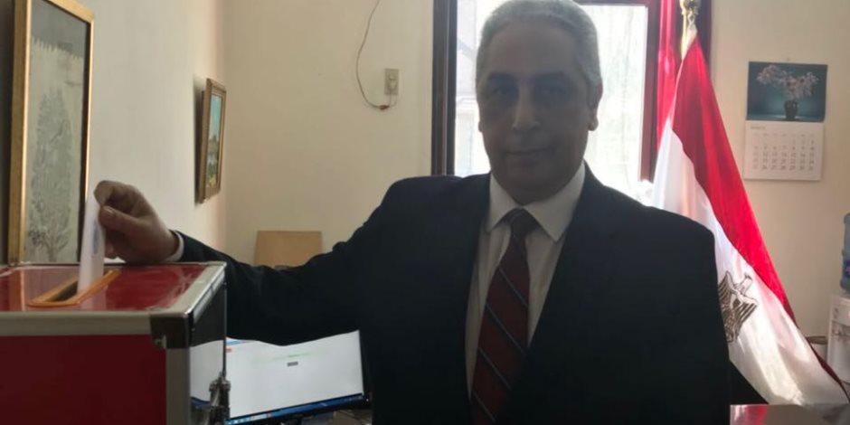 مصر تنتخب الرئيس.. لحظة إدلاء سفير مصر بالصين بصوته في الانتخابات الرئاسية (صور)