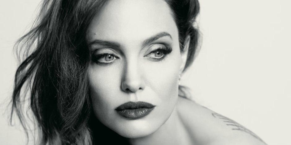 أنجلينا جولي: أرى نفسي فى المرآة أشبه بوالداتى (صور وفيديو)