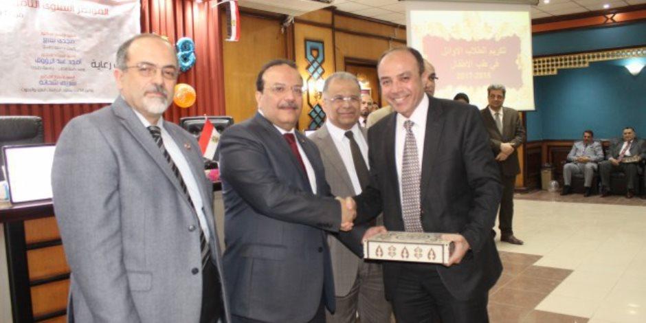 رئيس جامعة طنطا يكرم أوائل قسم طب الأطفال