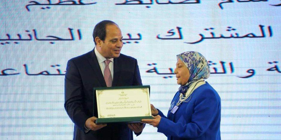 جامعة المنصورة تبرز تكريم الرئيس لنائبة رئيس الجامعة الأسبق