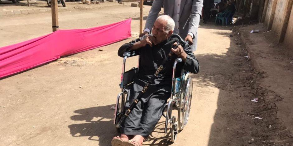 تخصيص «كرسي عجل» لمواطن من ذوي الاحتياجات الخاصة ليدلى بصوته بالانتخابات