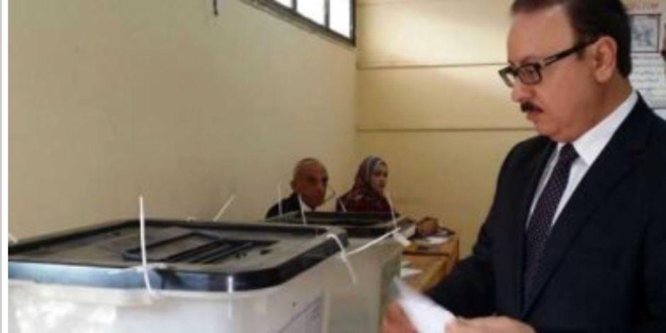 وزير الاتصالات يُدلى بصوته بلجنة جابر الصباح بالمقطم