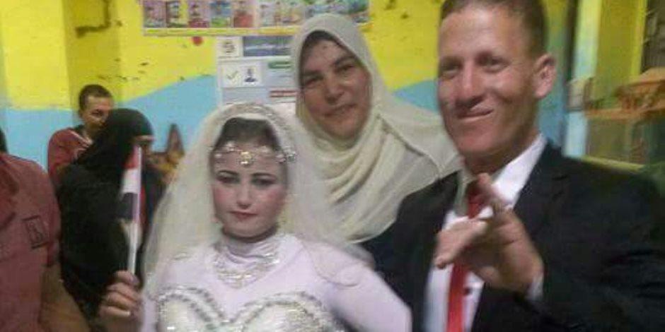 عروسان يدليان بصوتهم في الانتخابات الرئاسية بالبحيرة (صورة)