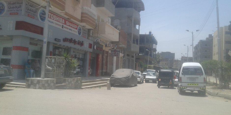أهالي دمياط يشكون من استغلال أصحاب المحلات لحرم الطريق ومنع وقوف سياراتهم (صور)