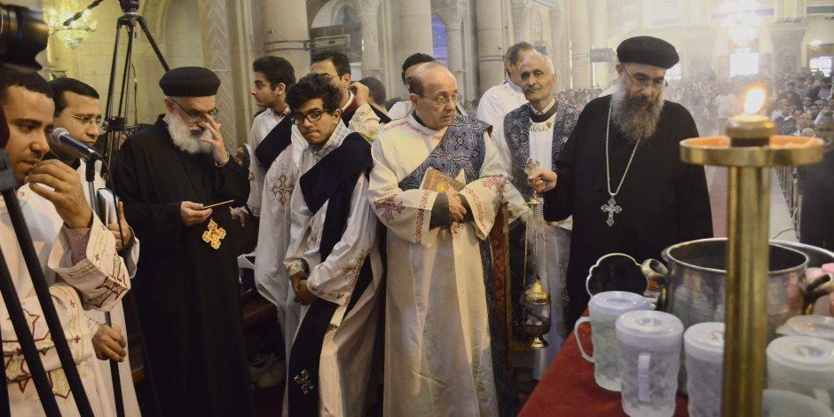 إقبال كثيف على الكنيسة المرقسية بالإسكندرية للإحتفال بحد السعف (صور)