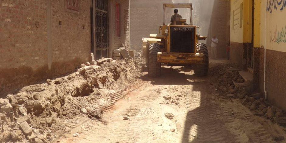 مجلس مدينة الأقصر يزيل حالة تعدي علي حرم الطريق العام (صور)