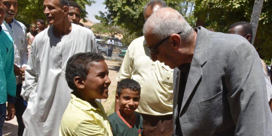 محافظ أسوان يتفقد الحدائق.. ويلبي مطلبًا إنسانيًا لطفل بعمل نظارة طبية (فيديو وصور)
