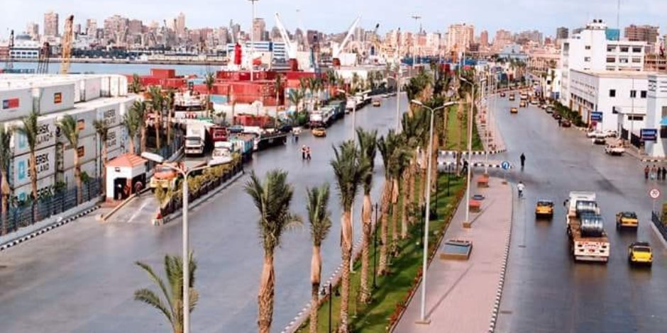 انتظام حركة العمل ونشاط في حركة السفن والبضائع في ميناء الإسكندرية (صور)