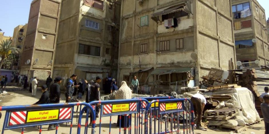 لجنة هندسية توصي بإخلاء عقار في بورسعيد بعد تصدعه (صور)