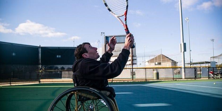 رجل بنصف جسد يكافح من أجل البقاء يلعب التنس ويسير على لوح تزلج وخطته المقبلة الفضاء