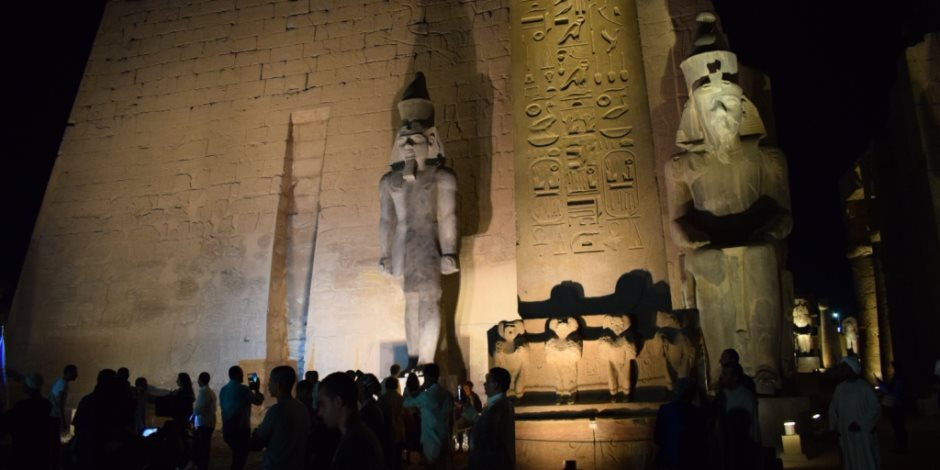 الأقصر تُعيد تمثال جديد للملك رمسيس الثاني بواجهة معبد الأقصر (صور)