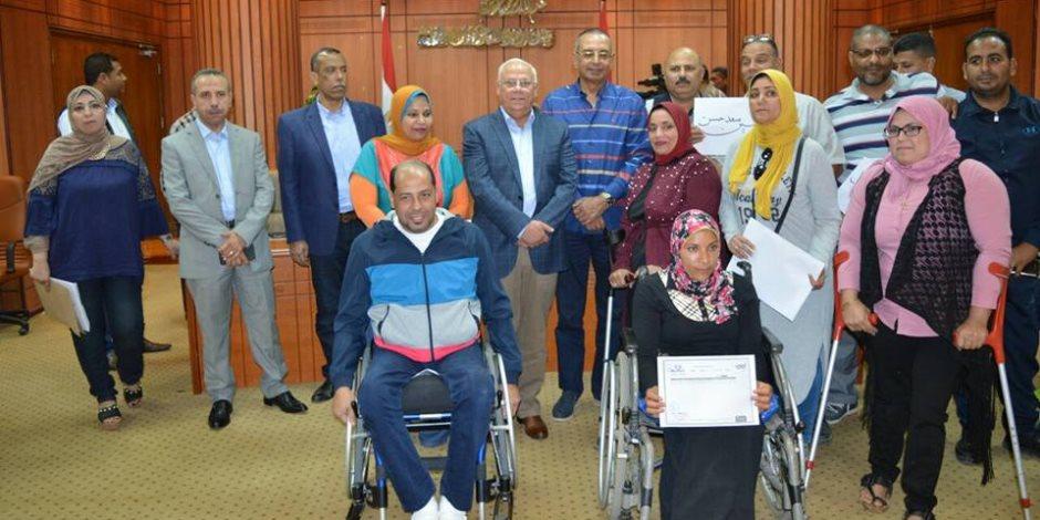 محافظ بورسعيد يسلم شهادات «أمان» لأسر الشهداء وأبطال نادى الحرية لمتحدى الإعاقة