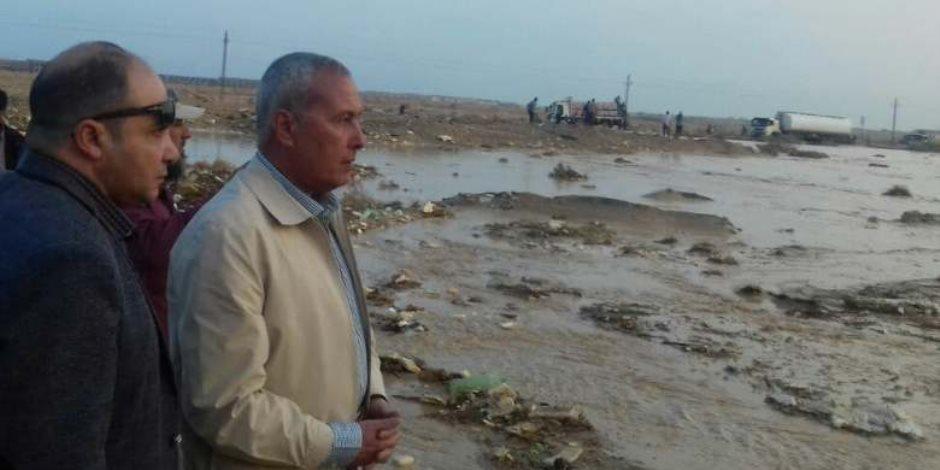 محافظ السويس للمواطنين: «شيلو الميه» من فوق الأسطح حتى لا تنهار البيوت