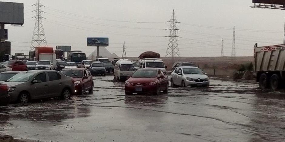 حي الهرم: الدفع بسيارات شفط المياه لرفع تراكمات الأمطار بالشوارع الرئيسية