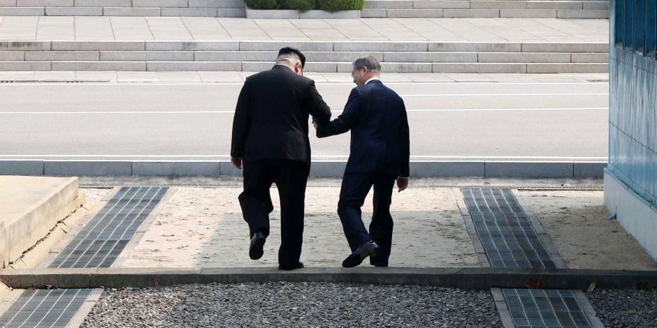 شاهد.. لحظة عبور زعيم كوريا الشمالية للمرة الأولى الحد الفاصل برفقة رئيس الجنوب (صور)