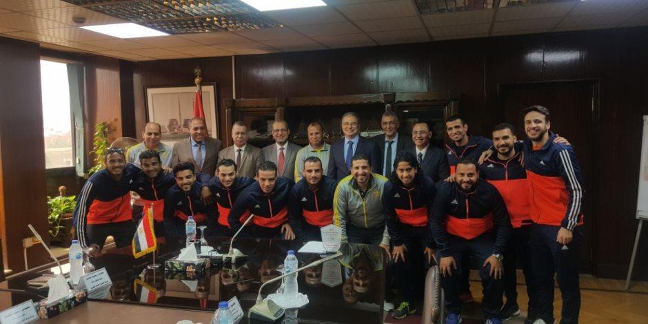 محمد شاكر يكرم فريق كرة القدم بشركة كهرباء القاهرة بعد فوزه ببطولة العرب (صور)