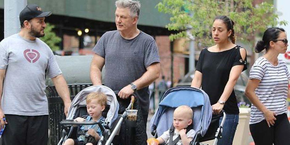 «أليك بالدوين» يستمتع بوقته مع أطفاله في مدينة نيويورك (صور وفيديو)