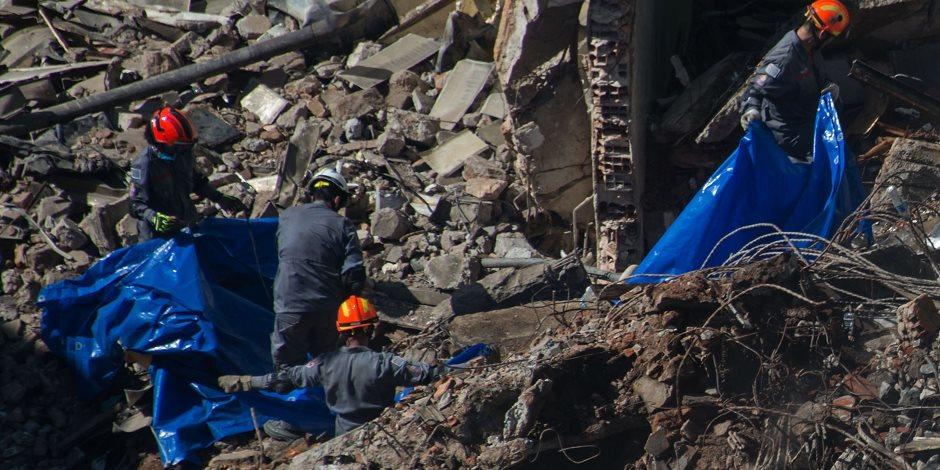 السلطات البرازيلية تواصل البحث عن 44 مفقودا تحت أنقاض مبنى مكون من 26 طابقا (صور)
