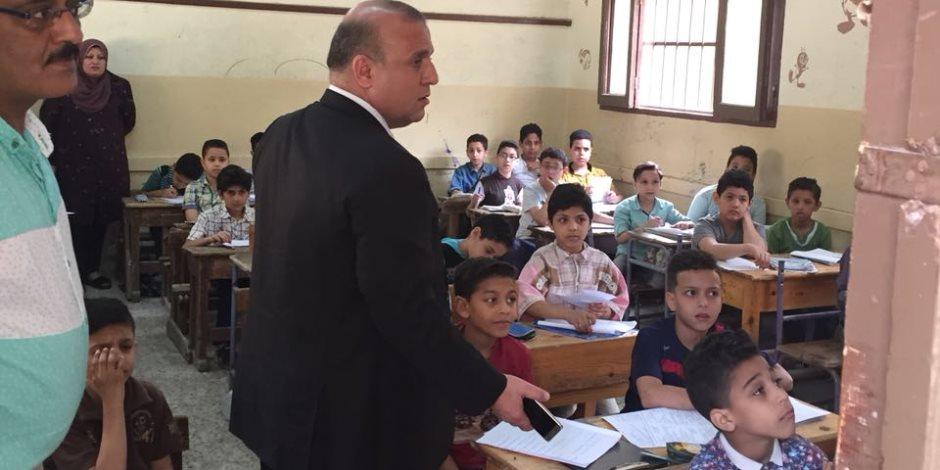 وكيل تعليم الدقهلية يتفقد امتحانات النقل بإدارة شرق المنصورة التعليمية والكنترول (صور)