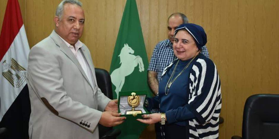 محافظ الشرقية يهدي أعضاء المجلس القومي للمرأة بالشرقية شهادات تقدير