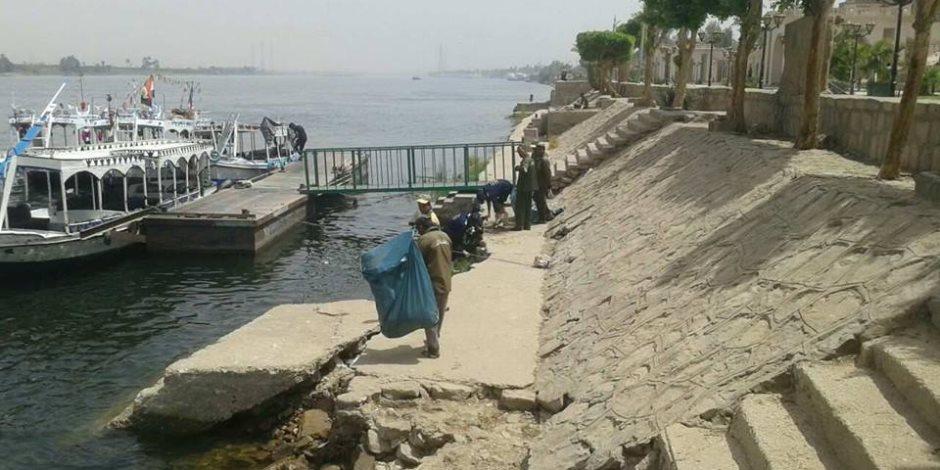 مجلس مدينة الأقصر يقود حملات لتنظيف نهر النيل من القمامة والمخلفات