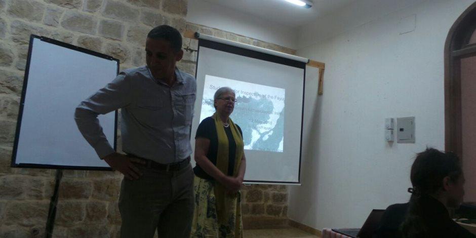 رئيسة البعثة الألمانية للتنقيب بالفيوم تدرب العاملين بالآثار (صور)