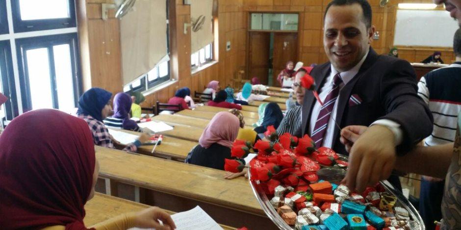 رئيس جامعة دمنهور يتفقد لجان الامتحانات ويوزع ورود على الطلاب
