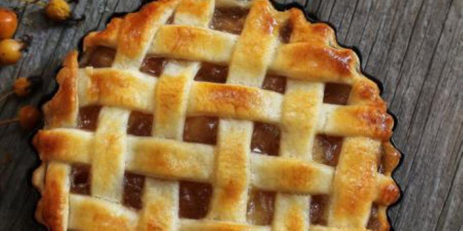 «لو عندك عزومة رمضانية».. تعلم كيفية عمل فطيرة التفاح على الإفطار