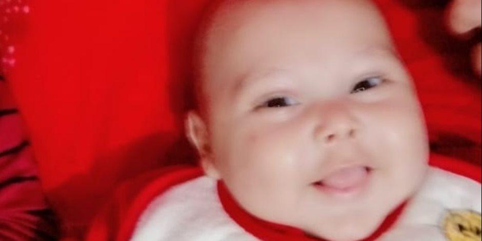 مأساة طفل مصاب بمرض نادر .. ووالدة يناشد المسئولين سرعة التدخل لإنقاذه (صور)