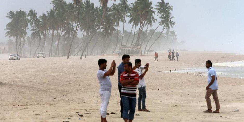 الإعصار «ميكونو» يتراجع إلى عاصفة استوائية بعد وفاة شخصين بعمان