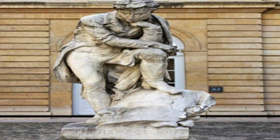 «تمثال العار» يشعل أزمة جديدة بين زاهي حواس والآثار.. شامبليون يهين المصريين