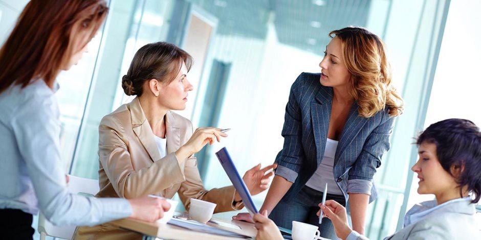 «اعملي شغلك واعرفي حقك».. إجازات وساعات عمل المرأة القانونية