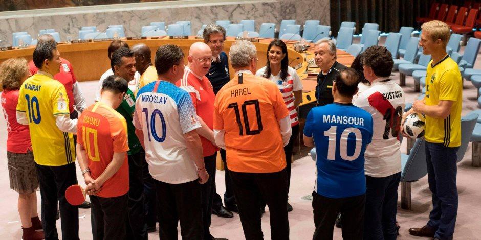 شاهد.. مندوبو الأمم المتحدة يحولون مجلس الأمن لملعب كرة قدم